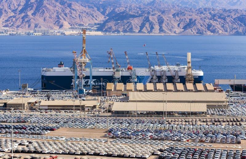 EILAT, ISRAEL - 4 DE JANEIRO DE 2018: Vista no porto comercial da carga marinha em Eilat fotografia de stock