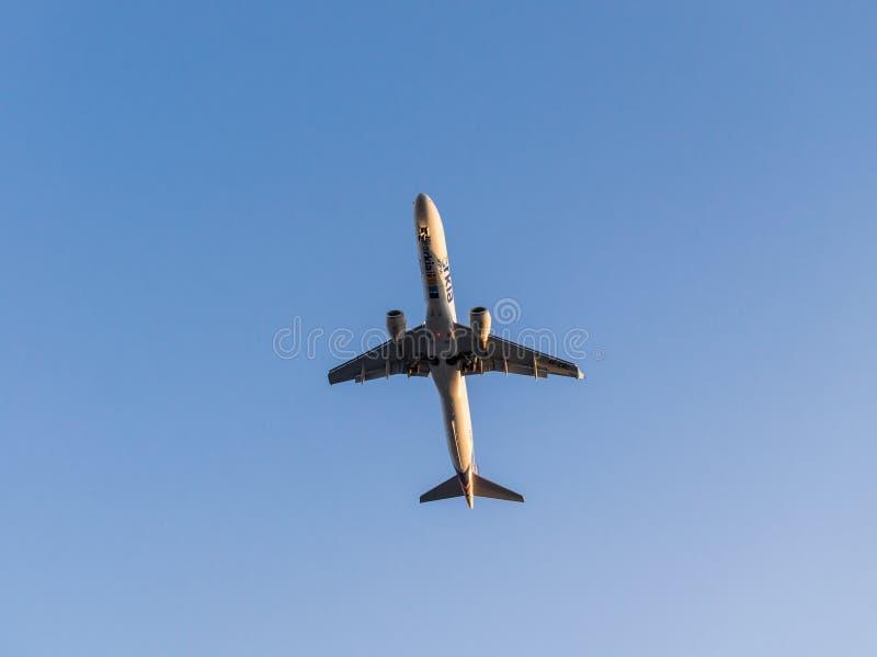 EILAT, IZRAEL †'Listopad 7, 2017: Samolot 4X-EMC Embraer ERJ-195, Arkia - Izraelicki linii lotniczej latanie Tel Aviv, Eilat - fotografia royalty free