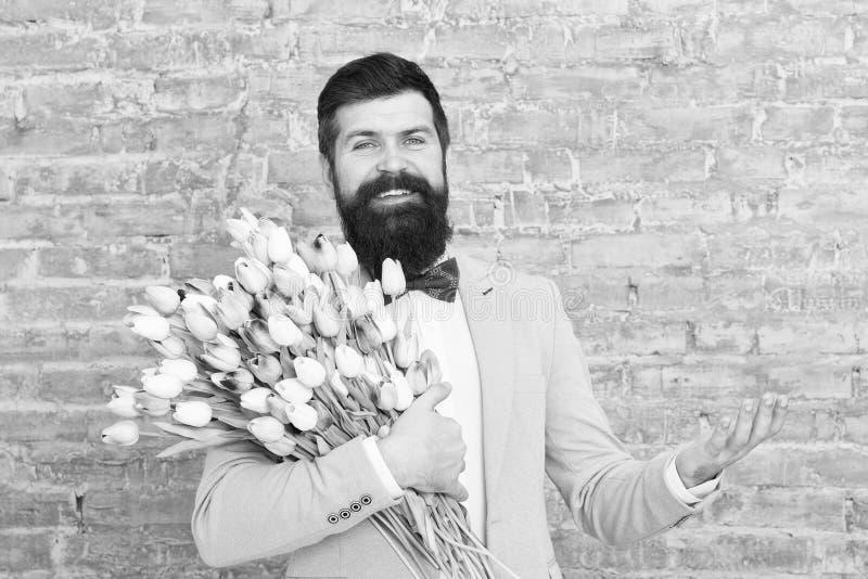 Eilbestimmtheit Der Tag der gl?cklichen Frauen Blume f?r den 8. M?rz Fr?hlingsgeschenk gl?cklicher b?rtiger Mannhippie mit Blumen lizenzfreies stockfoto