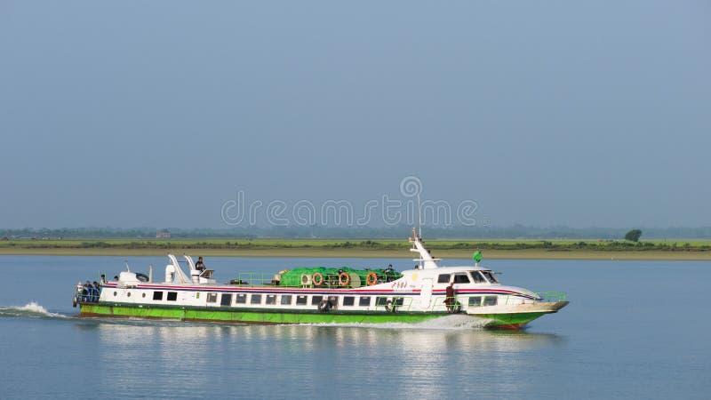 Eilboot auf dem Kaladan-Fluss, Myanmar lizenzfreies stockbild