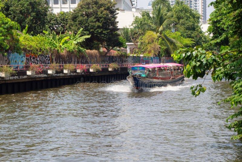 Eilboot der schnellen Geschwindigkeit auf Fluss Khlong Saen Seap in im Stadtzentrum gelegenem Bangkok lizenzfreie stockfotografie
