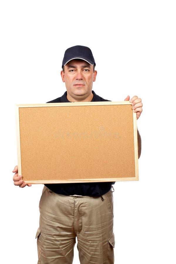 Eilbote, der das leere corkboard anhält stockfoto