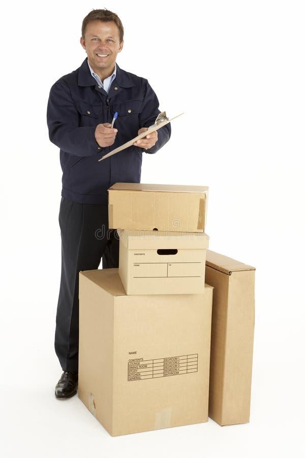 Eilbote, der die Pakete anhalten Klemmbrett liefert lizenzfreies stockbild