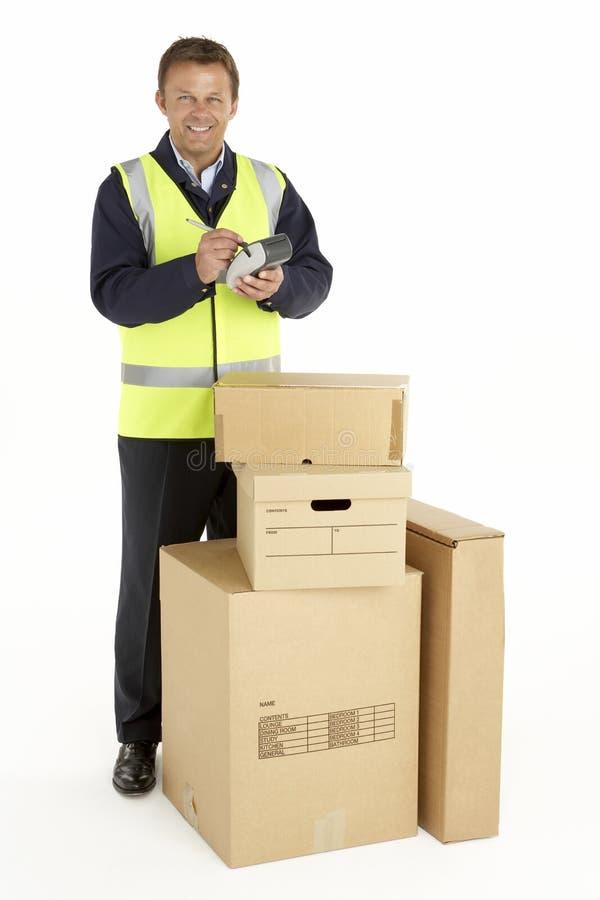 Eilbote, der die Pakete anhalten Klemmbrett liefert lizenzfreie stockfotos