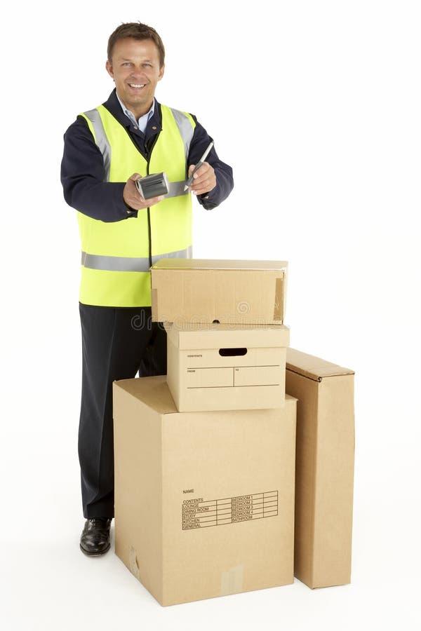Eilbote, der die Pakete anhalten Klemmbrett liefert lizenzfreie stockbilder