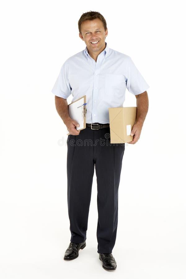 Eilbote, der ein Paket und ein Klemmbrett anhält stockfotos