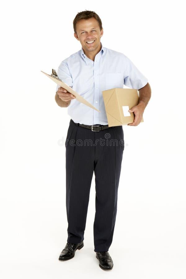 Eilbote, der ein Paket und ein Klemmbrett anhält lizenzfreie stockfotografie
