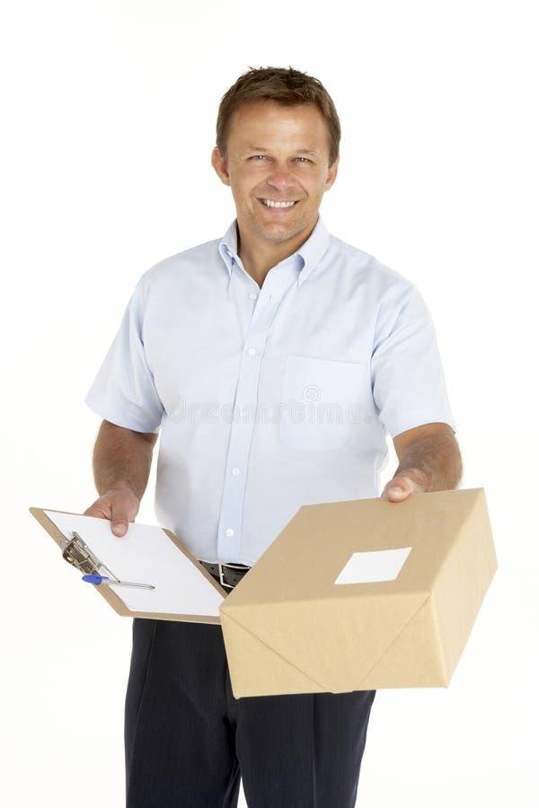 Eilbote, der ein Paket und ein Klemmbrett anhält lizenzfreie stockbilder