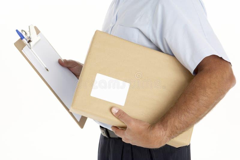 Eilbote, der ein Paket und ein Klemmbrett anhält stockfotografie