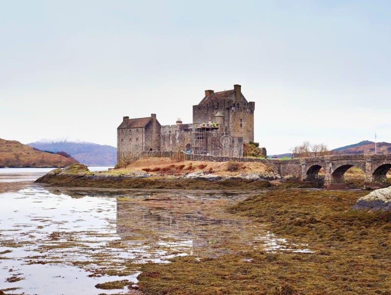 Eilean Donan Castle med en stenbro ovanför vattnet, Skottland arkivbilder
