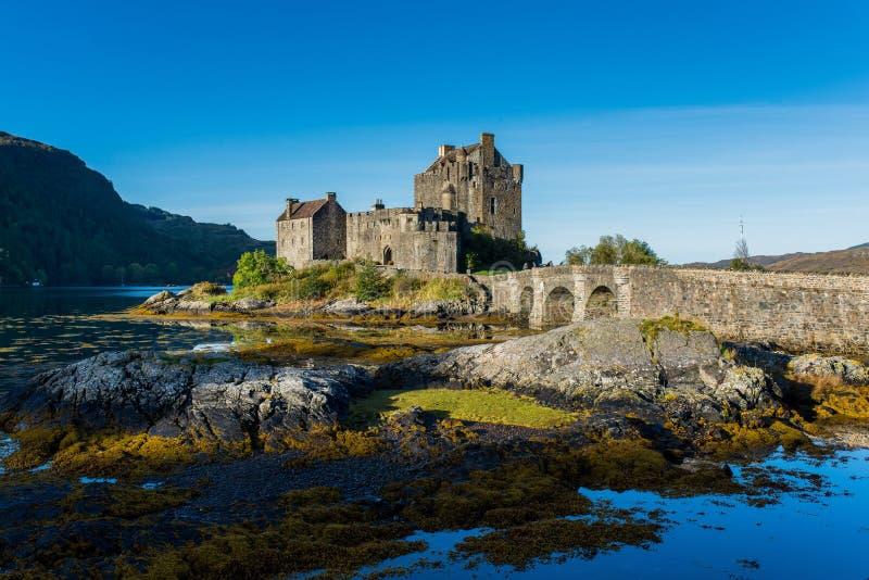 Eilean Donan Castle nas montanhas, Escócia na estação do outono imagem de stock