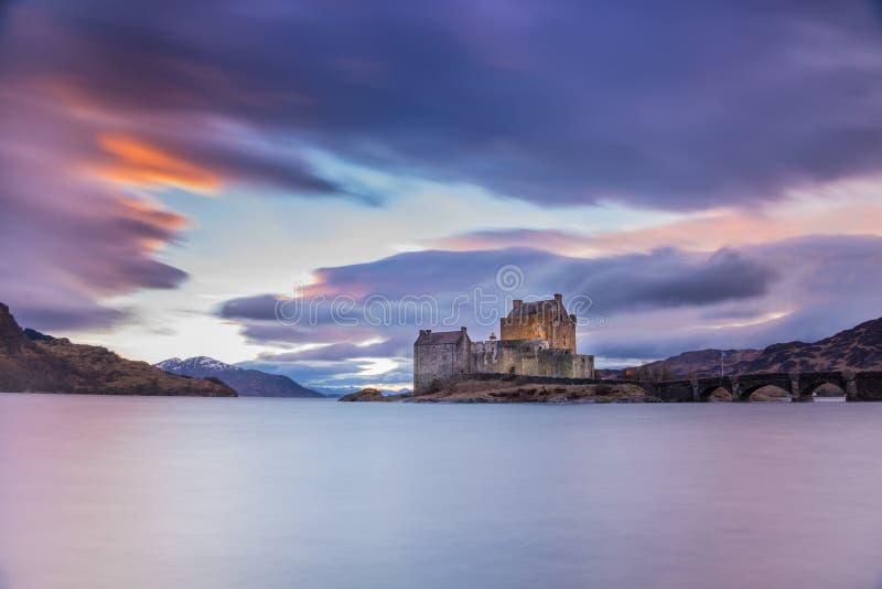 Eilean Donan Castle negli altopiani della Scozia sul modo all'isola di Skye - paesaggio di tramonto fotografie stock