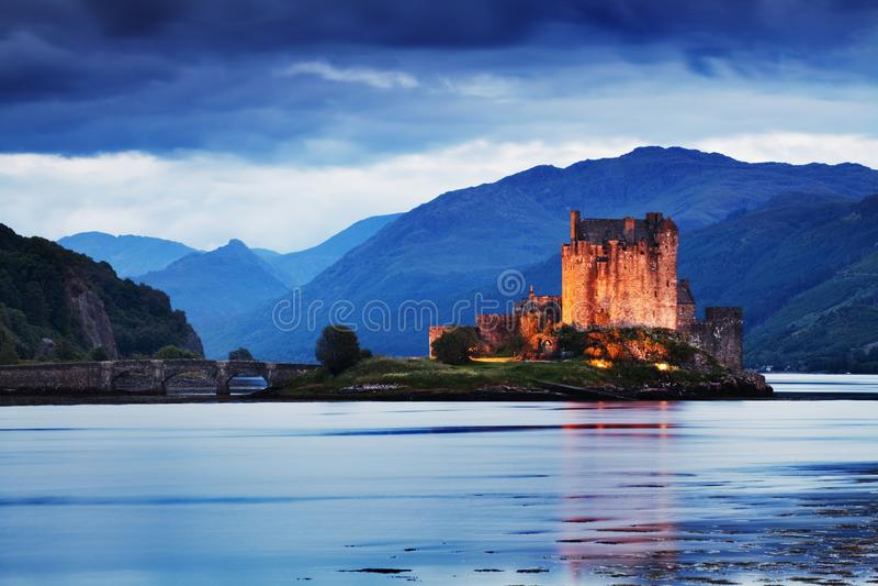 Eilean Donan Castle Panorama Reflex?o em Lochalsh Dornie, montanhas, Esc?cia ilha do skye A maioria de destino popular imagem de stock