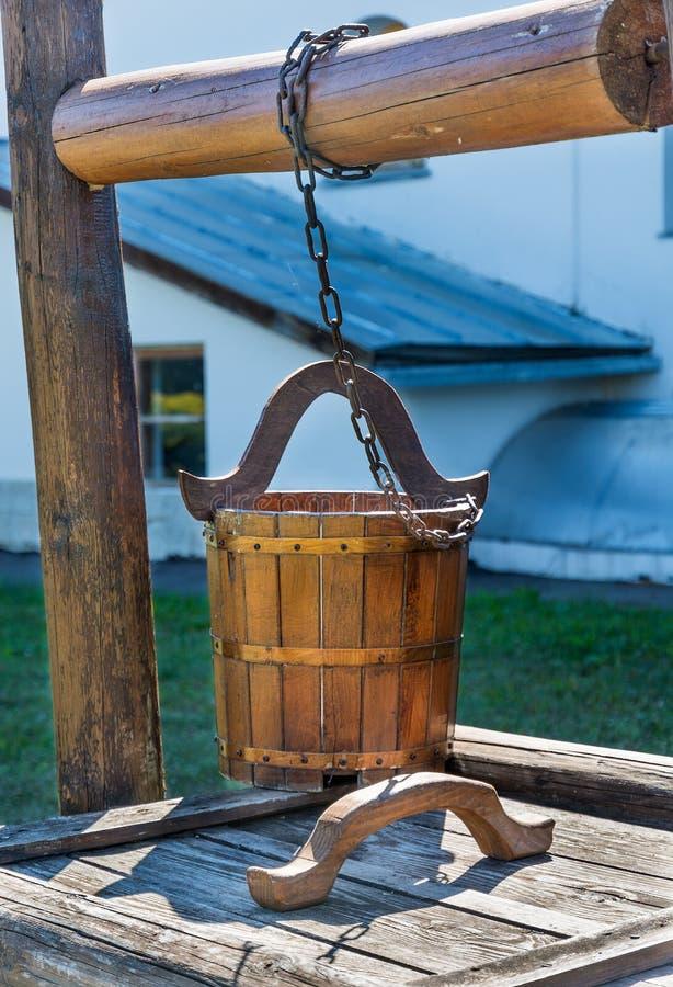 Eimer des hölzernen Brunnens lizenzfreies stockfoto