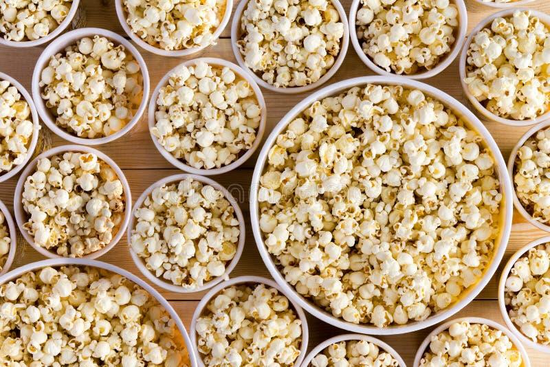 Eimer voll kürzlich gemachtes Popcorn für jeder stockbilder