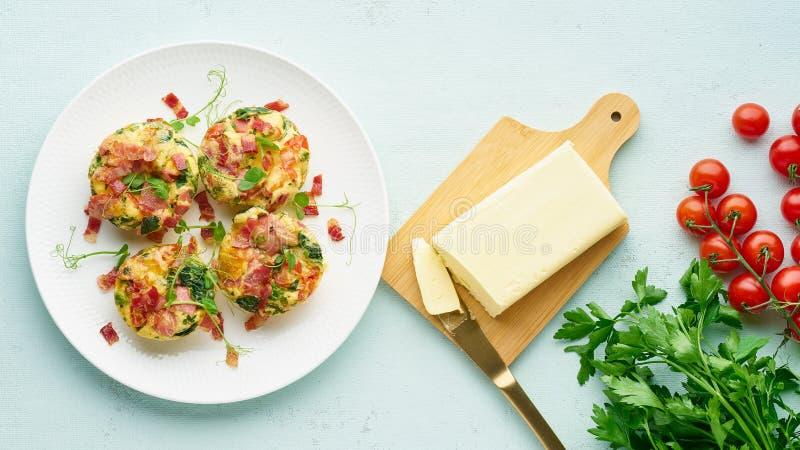 Eimuffin lang gebacken mit Speck und Tomate, ketogenic Keton-Diät, moderne Draufsichtpastellfahne stockfotografie