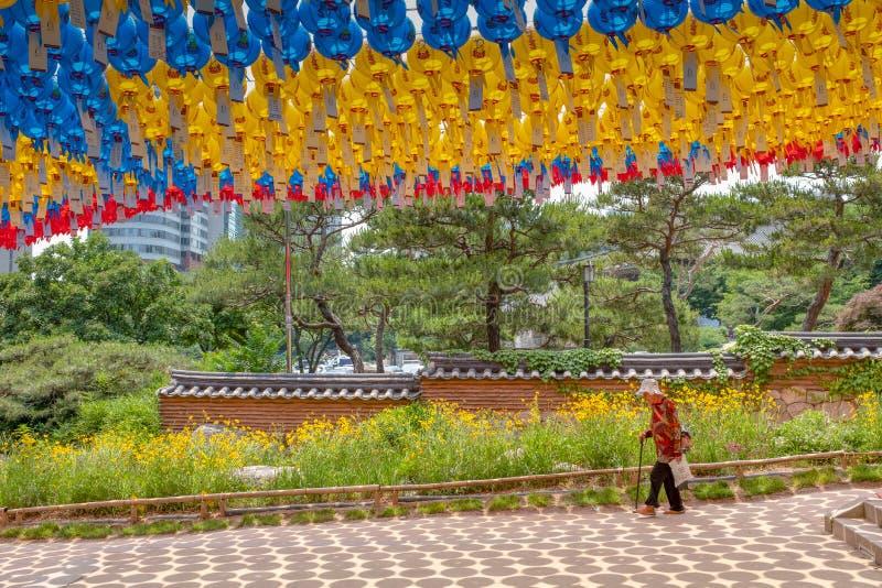 Ein älterer Besucher am Bongeunsa-Tempel lizenzfreie stockbilder