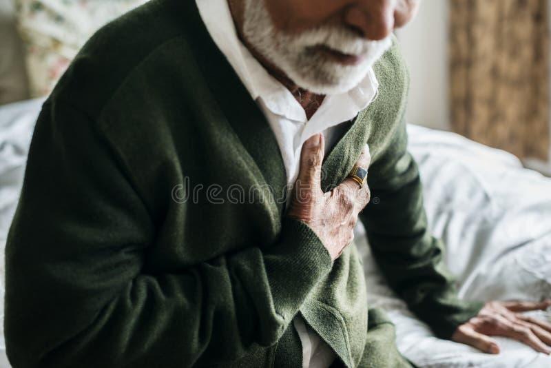 Ein älterer indischer Mann mit Herzproblemen lizenzfreie stockbilder