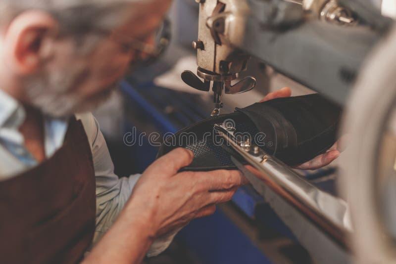 Ein älterer Mann bei der Arbeit stockfotos