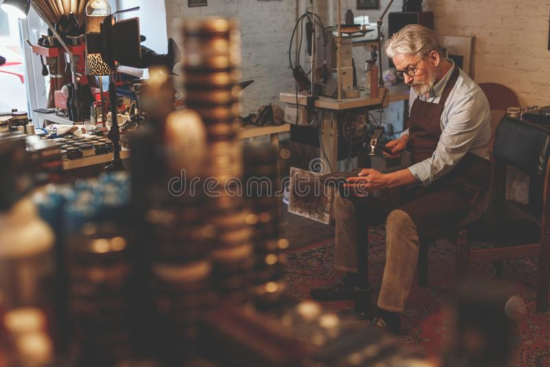 Ein älterer Mann bei der Arbeit lizenzfreie stockfotografie