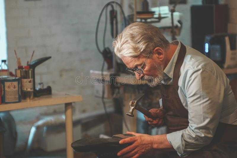 Ein älterer Mann bei der Arbeit stockfotografie