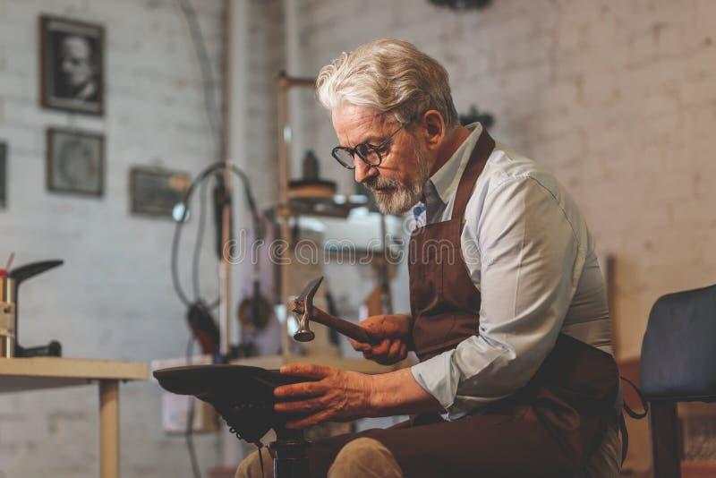 Ein älterer Mann bei der Arbeit lizenzfreies stockfoto