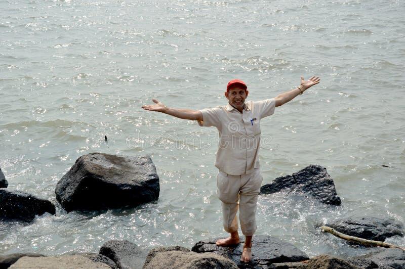 Ein älterer Mann, der Meerwasser genießt stockfotos