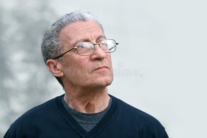 Ein älterer Mann, der oben schaut lizenzfreies stockbild