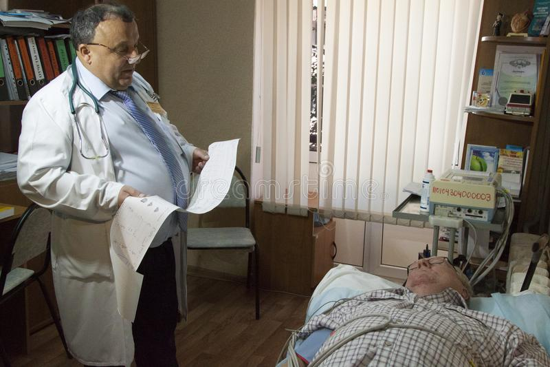 Ein älterer Mann erhielt einen Herzinfarktherzinfarkt lizenzfreies stockfoto