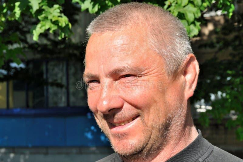 Ein älterer Mann im Hintergrund des Hauses stockfotos