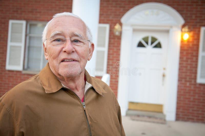 Ein älterer Mann und sein Haus stockbild
