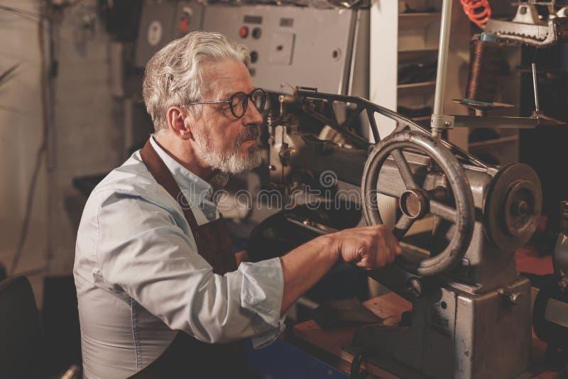Ein älterer Meister in der Uniform lizenzfreie stockfotografie