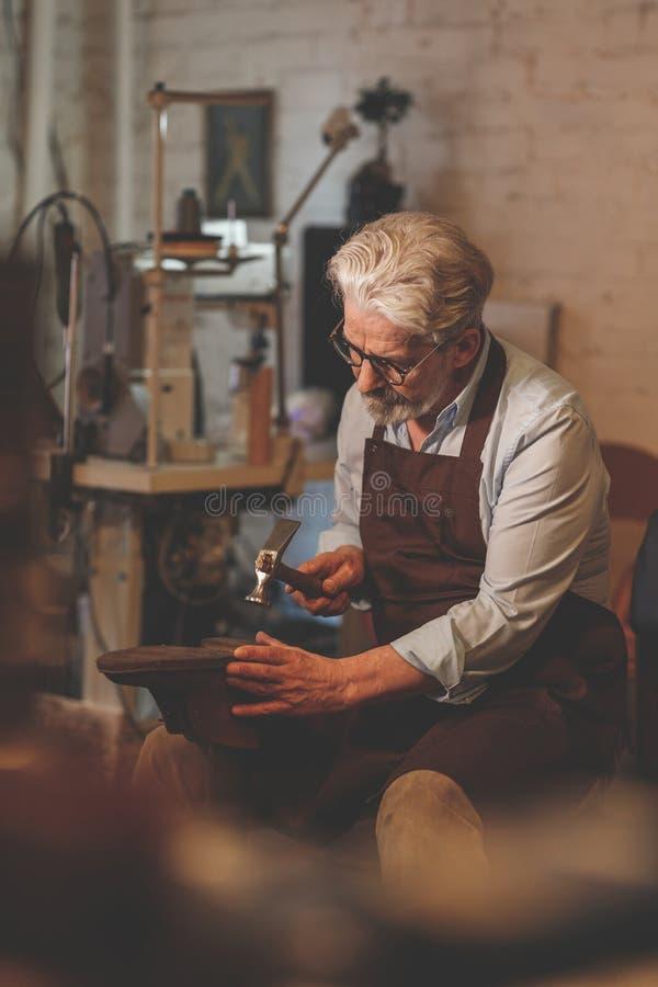 Ein älterer Schuster im Studio stockfotos