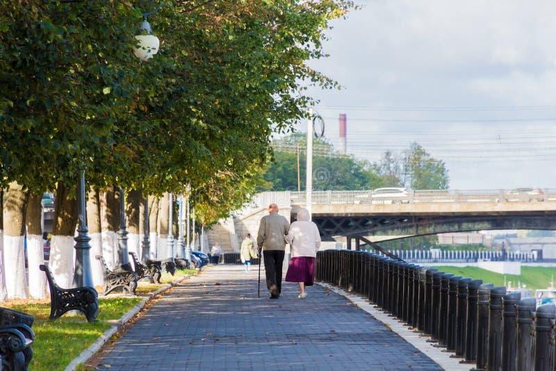 Ein älteres Paar, das in die Stadt geht, parken Damm in Tver, Russland Sonniger Herbsttag lizenzfreies stockfoto
