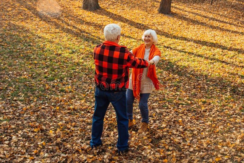 Ein älteres Paar tanzt Lächelnde alte Frau Bewegung ist Leben Ich fühle mich wieder jung lizenzfreie stockfotografie