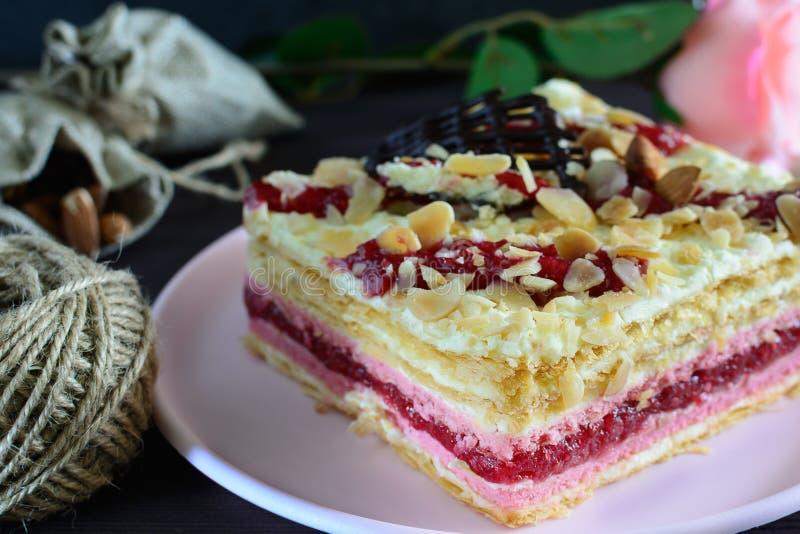 Ein überlagerter Kuchen mit Sahne und Himbeermarmelade Köstlicher appetitlicher Nachtisch stockfotografie