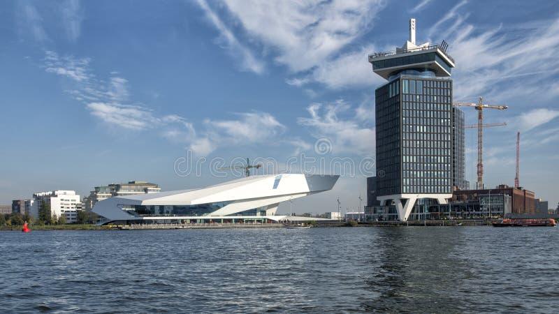 Ein 'Film Institue Dammes Toren und des AUGES auf Amsterdams Nordufer fotografierte von einem Ausflugboot, die Niederlande stockbild