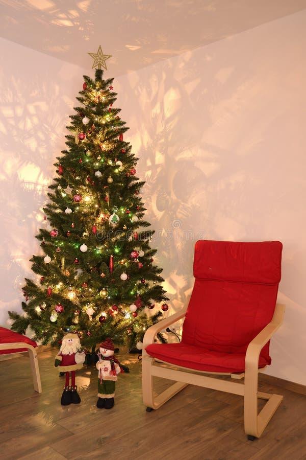 Ein Abend durch den Weihnachtsbaum lizenzfreie stockfotografie