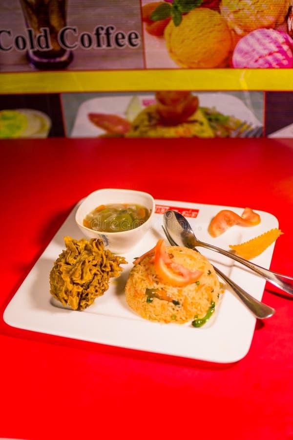 Ein Abendesseneinzelteil auf einer Tabelle stockbild
