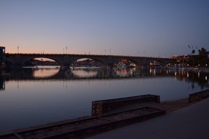 Ein Abendfoto gemacht von der London-Brücke in Lake- Havasustadt, AZ lizenzfreie stockfotos