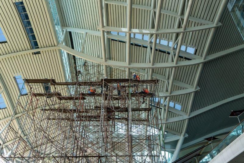 Ein Abschluss herauf Ansicht einer Baustelle, in der ein Neubau gebaut wird und sie haben Reihen und Reihen des Baugerüsts dargel stockbild