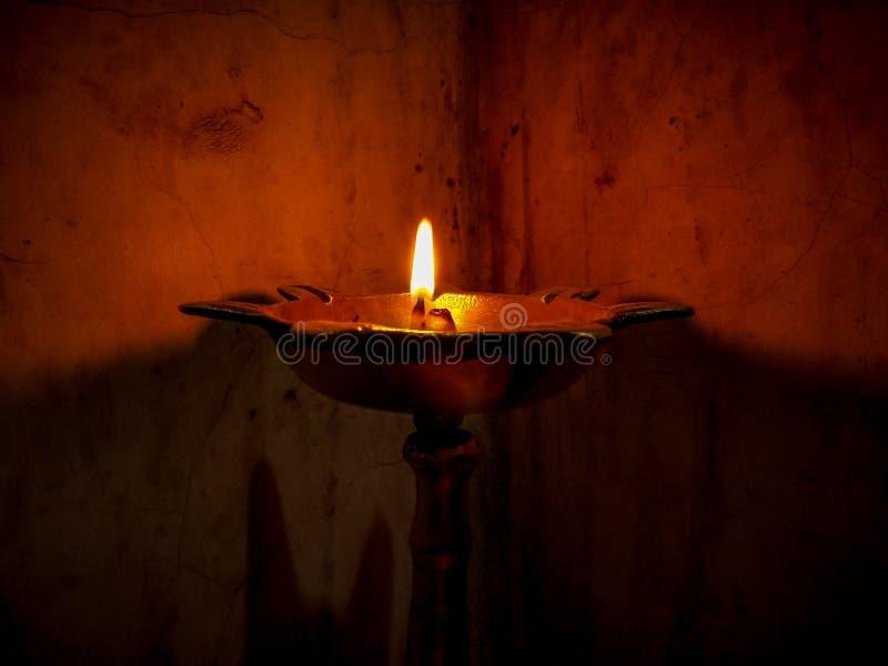 Ein Abschluss oben der Flamme traditionellen hellen Weile diwali in Indien stockfotografie