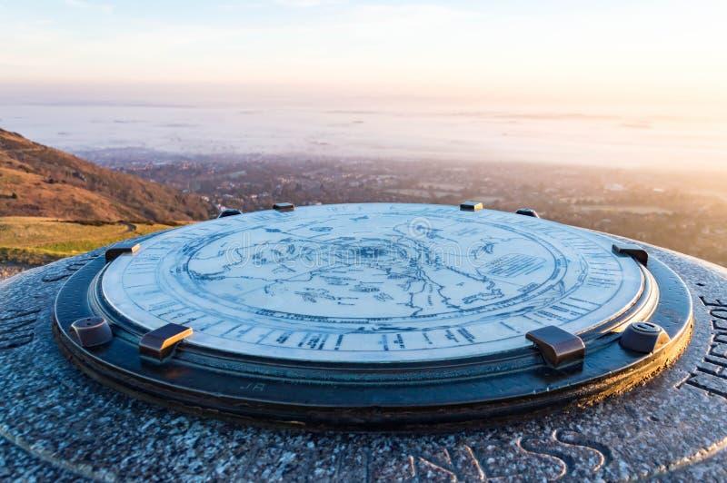 Ein Abschluss oben der Karte auf dem toposcope auf Worcestershire-Leuchtfeuer Mit Malvern unscharf im Hintergrund umfasst im Nebe lizenzfreie stockfotografie