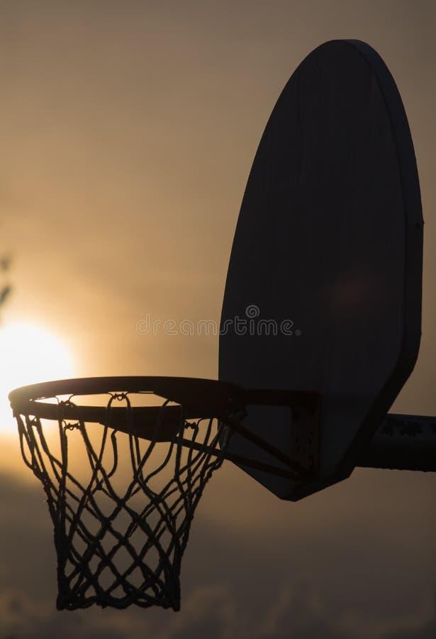 Ein Abschluss oben eines Basketballkorbes lizenzfreies stockbild