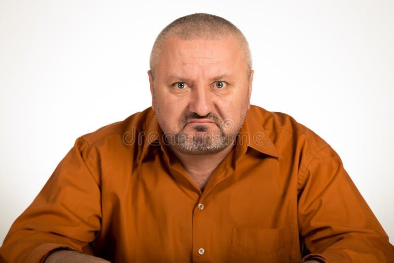 Ein Abschluss oben eines verärgerten Mannes auf weißem Hintergrund lizenzfreie stockbilder