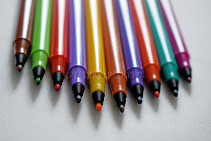Ein Abschluss oben einiger verschiedener Farbefilzstifte stockfotos