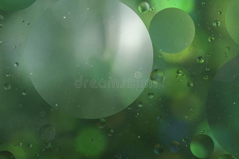 Ein abstraktes, künstlerisches Nahaufnahmen-Makrofoto, erstellt durch Vermischen von Öl und Wasser, dann wieder beleuchtet mit ei stockfoto