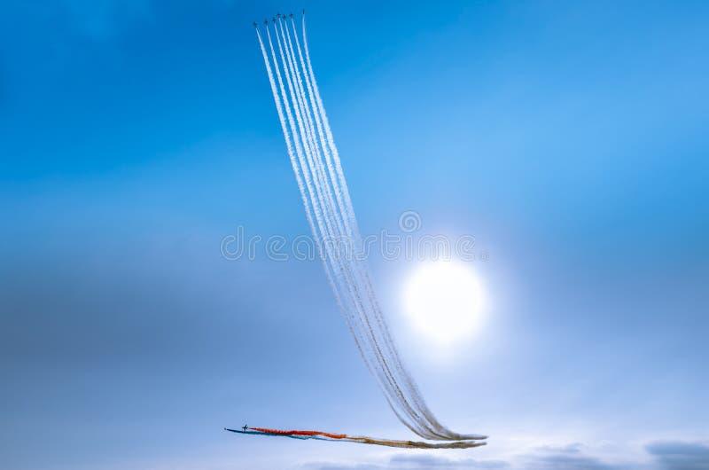 Ein aerobatic Bremsungsteam führt eine Anzeige über Southport am dus durch stockfotografie