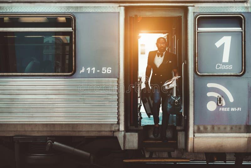 Ein Afromann l?sst den Zug stockbilder