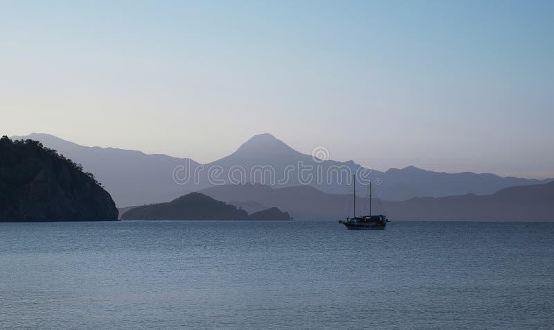 Ein alleinboot im blauen Meer lizenzfreies stockbild